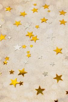 Hoge hoek gouden sterren ornamenten op tafel