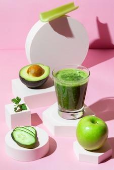 Hoge hoek groene gezonde smoothie in glas
