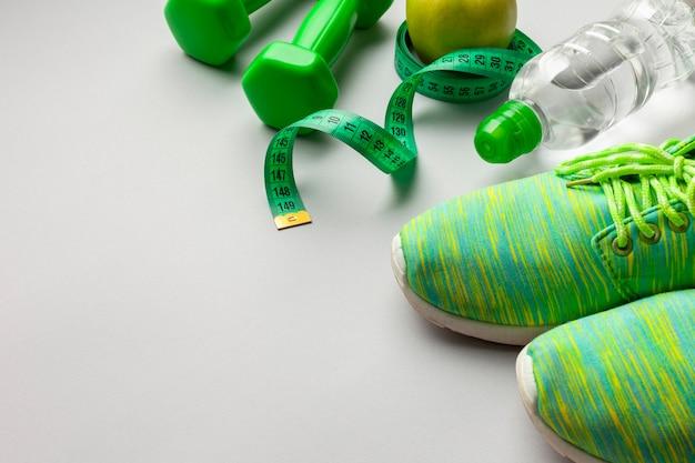 Hoge hoek groene loopschoenen met kopie-ruimte