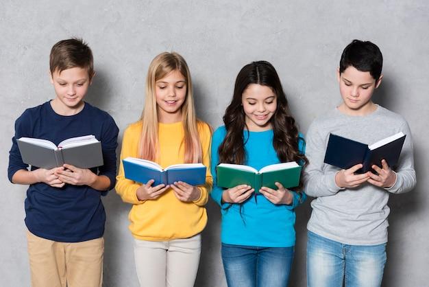 Hoge hoek groep vrienden lezen