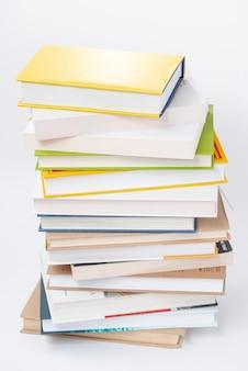 Hoge hoek grote stapel boeken