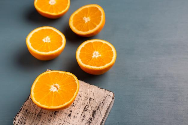 Hoge hoek half gesneden sinaasappels uitgelijnd op tafel