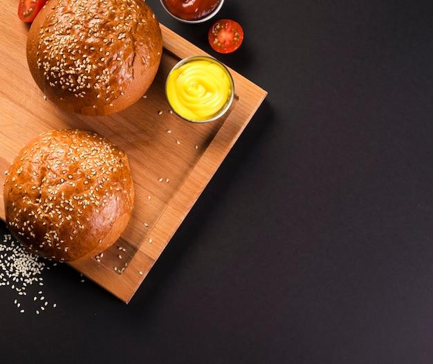 Hoge hoek hamburgerbroodjes met sauzen