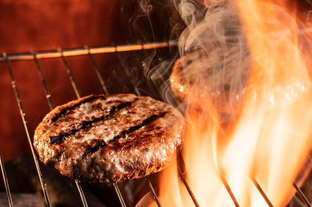 Hoge hoek hamburgervlees op de grill