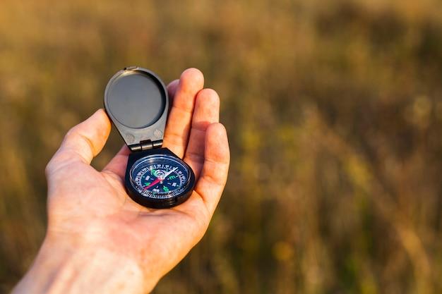 Hoge hoek hand met kompas