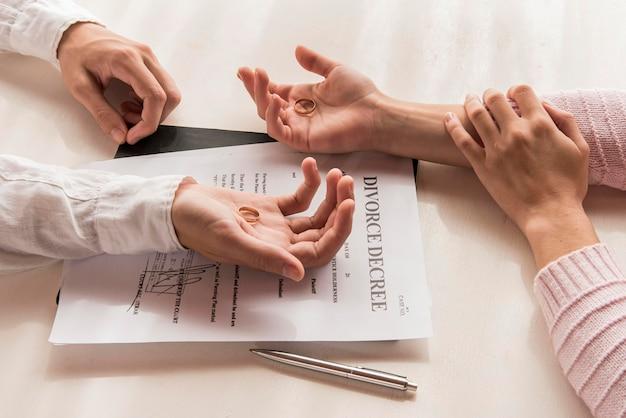 Hoge hoek handen met echtscheidingsbesluit
