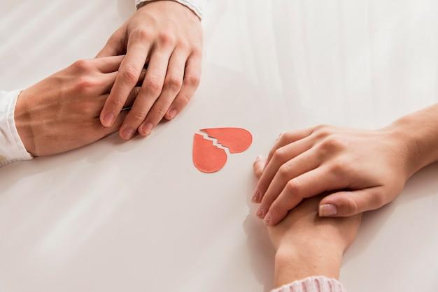 Hoge hoek handen met gebroken hart