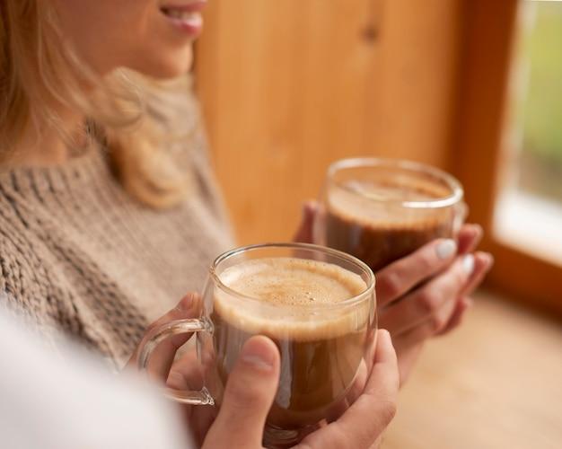 Hoge hoek handen met warme dranken