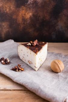 Hoge hoek harde kaas met noten op tafel