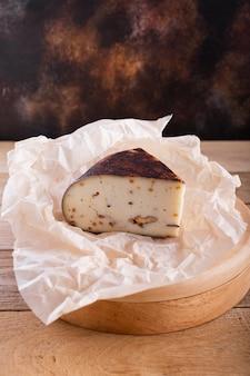 Hoge hoek harde kaas met noten