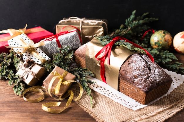 Hoge hoek heerlijke cake gemaakt voor kerstmis