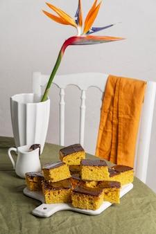 Hoge hoek heerlijke cake met chocolade