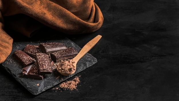 Hoge hoek heerlijke chocoladesnack met exemplaarruimte