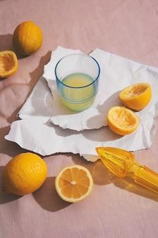 Hoge hoek heerlijke citroenen en sap Gratis Foto