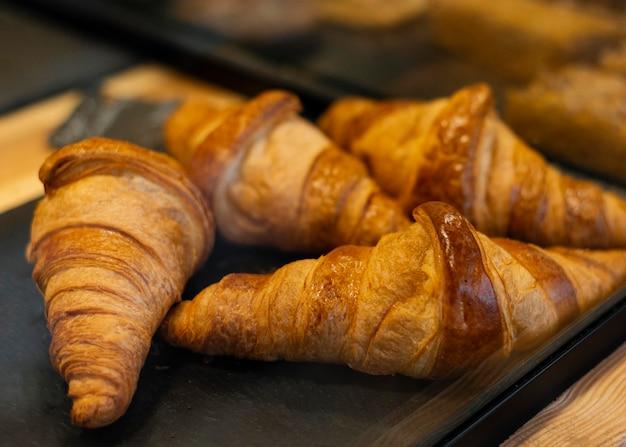 Hoge hoek heerlijke croissants op dienblad