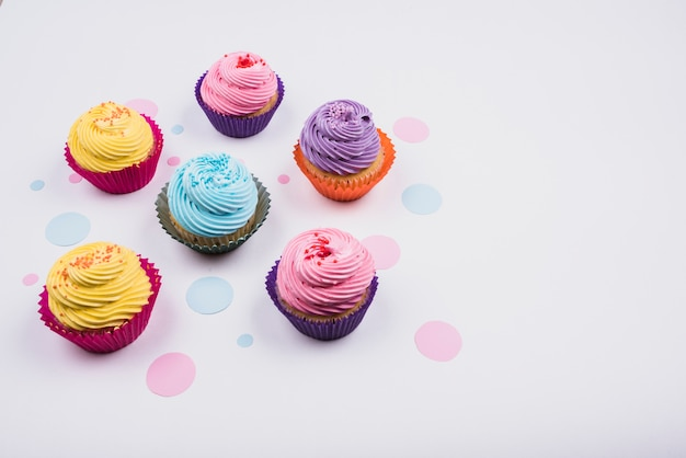 Hoge hoek heerlijke cupcakes op tafel