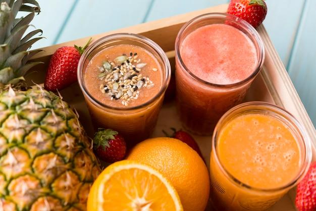Hoge hoek heerlijke fruitsmoothies