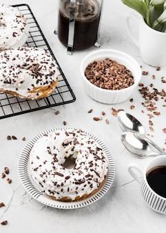 Hoge hoek heerlijke geglazuurde donuts