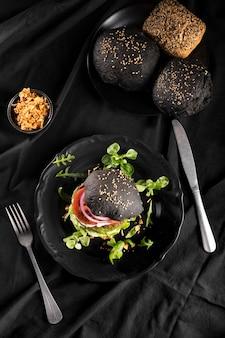 Hoge hoek heerlijke hamburgersamenstelling