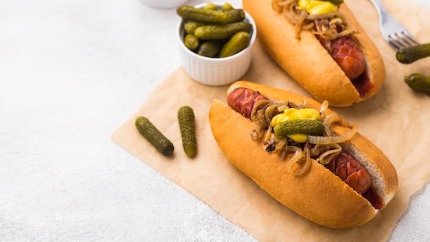 Hoge hoek heerlijke hotdogs met augurken