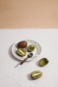 Hoge hoek heerlijke kiwi op plaat