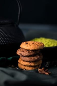 Hoge hoek heerlijke koekjes op tafel