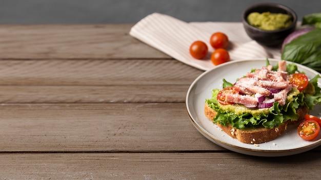 Hoge hoek heerlijke maaltijd op houten tafel