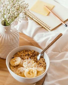 Hoge hoek heerlijke ontbijtgranen en bananenplakken
