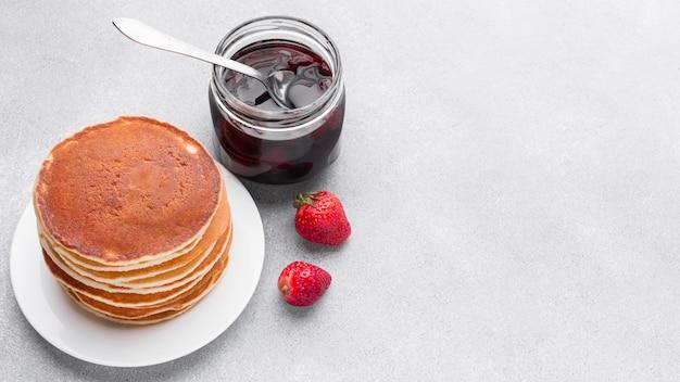 Hoge hoek heerlijke pannenkoeken met jam