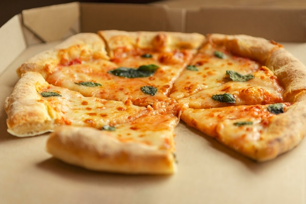 Hoge hoek heerlijke pizza in doos