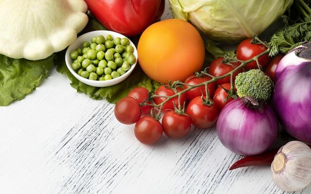 Hoge hoek heerlijke rauwe groenten
