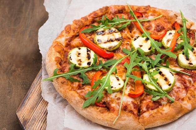 Hoge hoek heerlijke rucola-pizza