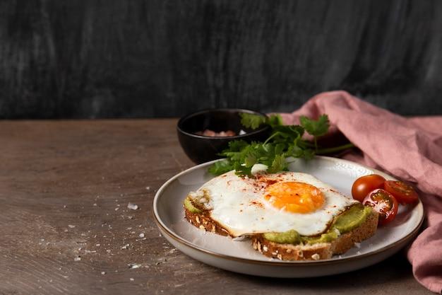 Hoge hoek heerlijke sandwich met ei