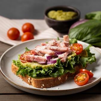 Hoge hoek heerlijke sandwich op plaat