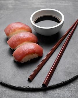 Hoge hoek heerlijke sushi met saus