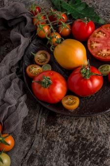 Hoge hoek heerlijke tomaten op plaat