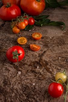 Hoge hoek heerlijke verse tomaten