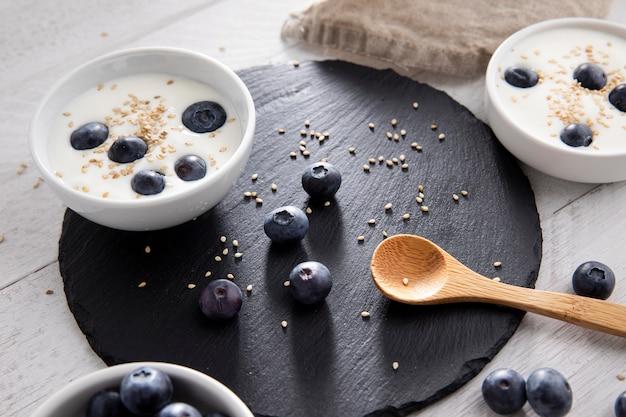 Hoge hoek heerlijke yoghurt met bessen
