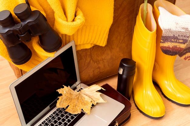 Hoge hoek herfst reizende samenstelling met laptop