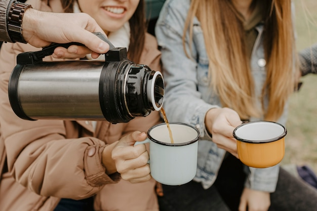 Hoge hoek hete thee voor roadtrip pauze