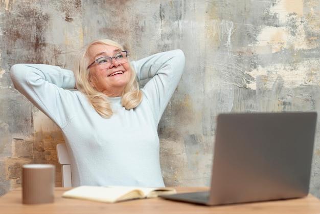 Hoge hoek hogere vrouw op onderbreking van het werk