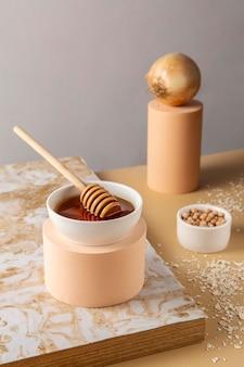 Hoge hoek honing en uien arrangement