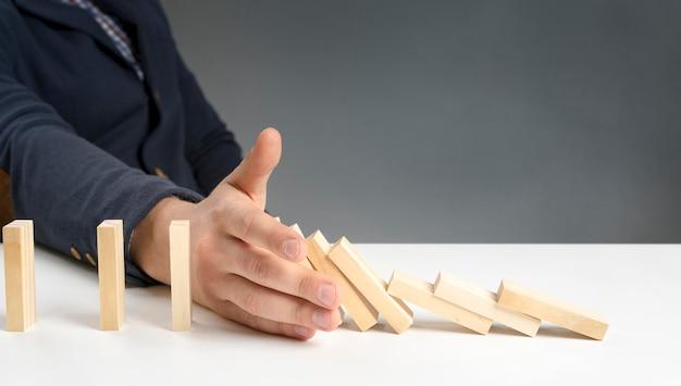 Hoge hoek houten blokken op bureau