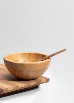 Hoge hoek houten keukengerei met kopie ruimte