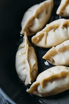Hoge hoek japanse dumplings assortiment close-up