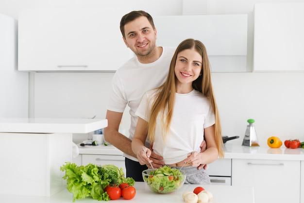 Hoge hoek jong koppel salade maken