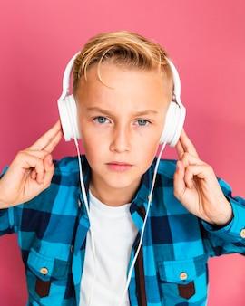 Hoge hoek jonge jongen met koptelefoon