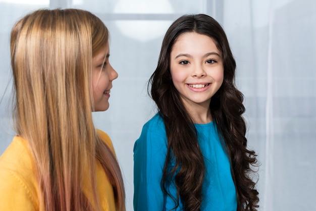 Hoge hoek jonge schattige meisjes