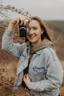 Hoge hoek jonge vrouw die foto's neemt