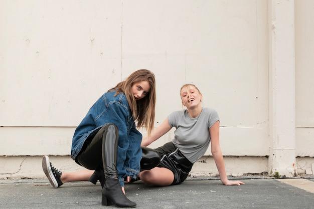 Hoge hoek jonge vrouwen samen poseren
